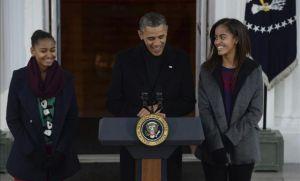 El Presidente con sus hijas, presentando el pavo decidido.