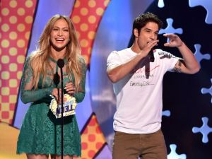 jennifer-lopez-tyler-posey-teen-choice-awards_140776321790___630x473