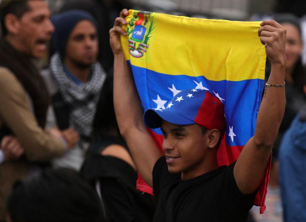 Venezuelans vote in symbolic referendum in Bogota