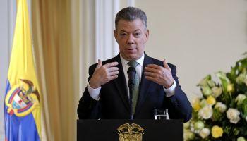 Juan Manuel Santos Unveils Juan Jose Nieto's Paininting